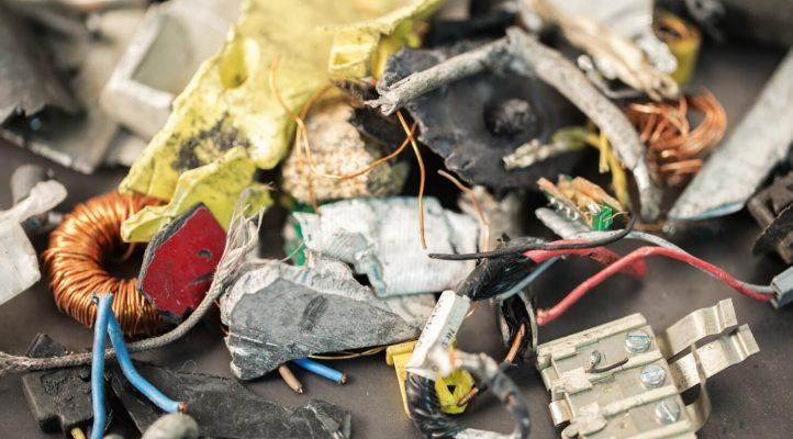 报废的电子垃圾里有大量金属和塑料等可以重复使用的材料