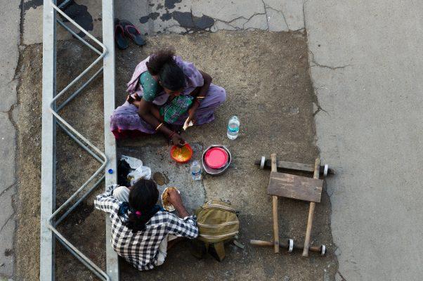 街边进食妇女